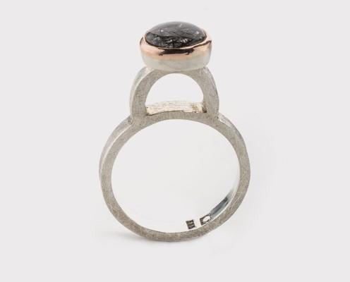 Grüner Saphir in 750er Gelbgold gefasst, Ring aus 925er Silber, gebürstet - Preis: 345,-€