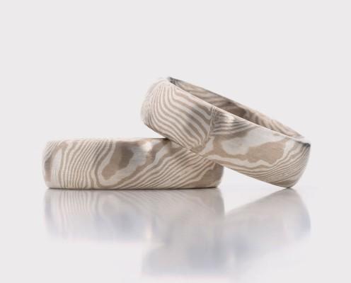 Mokume Gane Trauringe aus 585er Weißgold/925er Silber mit jeweils 0,3 mm dicken Blechen