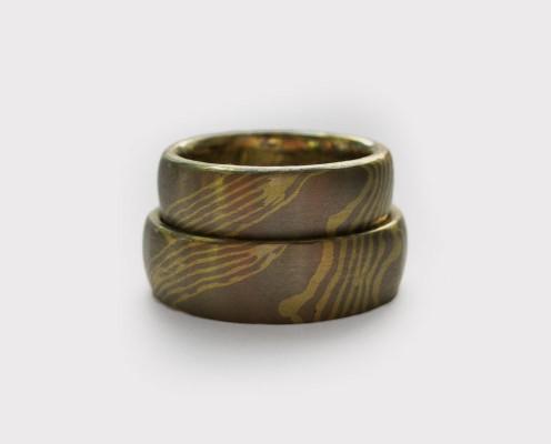 Mokume Gane Trauringe aus Grüngold/Palladium mit Wellenmuster mit jeweils 0,5 mm dicken Blechen