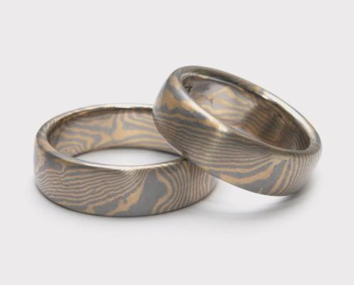 Mokume Gane Trauringe aus 750er Gelbgold/500er Palladium, Wellenmuster mit jeweils 0,3 mm dicken Blechen - Preis: 2985,-€/Paar