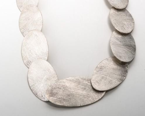 Ornament-Collier mit 925er ovalen Silberplättchen, gebürstet - Preis: 665,-€