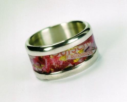 Ring aus 925er Silber mit geschredderten Geldscheinen in Harz eingebettet